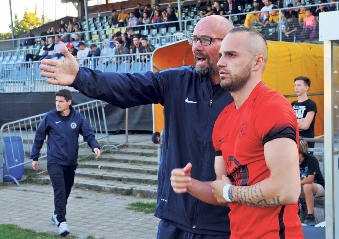 Edmond Kabashi erhält von Trainer Seeberger letzte taktische Anweisungen. Foto: Peter Pfister