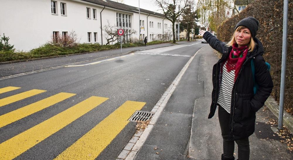 Lehrerin Ariane Karrer ist unglücklich darüber, dass die Zone mit reduzierter Geschwindigkeit auf halber Höhe des Schulhauses (links) endet. Foto: Peter Leutert