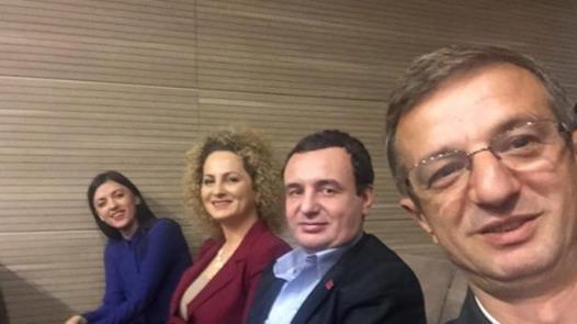 Selfie von Faton Topalli (vorne), Albin Kurti und den zwei weiteren Veruteilten. Quelle: Kosova-aktuell.de
