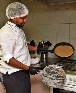 Eine kleine Wissenschaft: Der Chefkoch zeigt, wie man ein richtiges Ingera zubereitet. Foto: Peter Pfister