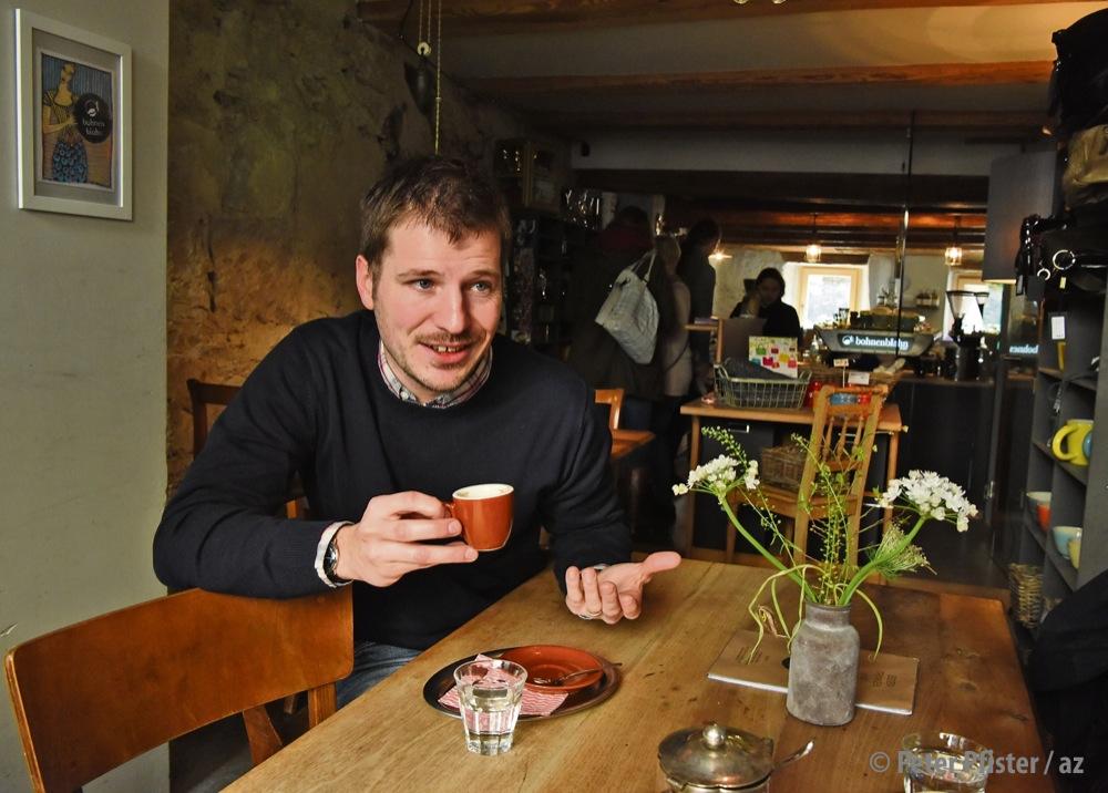 Philipp Schallberger beim dritten von fünf Espressi. Als Juror trinkt er auch mal mehr als 30 an einem Tag. Foto: Peter Pfister
