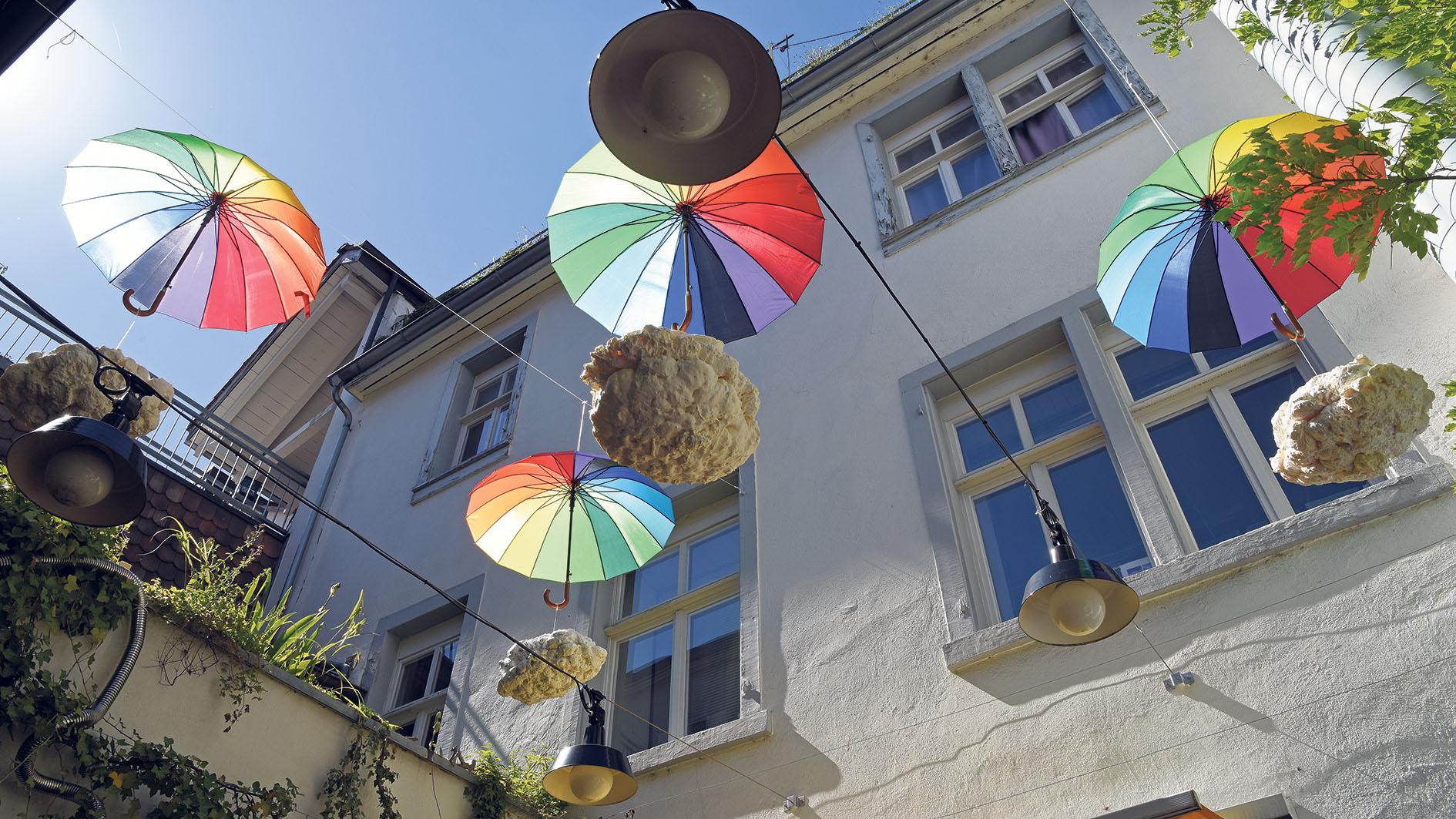 Die Welt auf den Kopf gestellt: «Upside Down» von Maxine Leibacher begrüsst die Gäste im Höfli. Foto: Peter Pfister