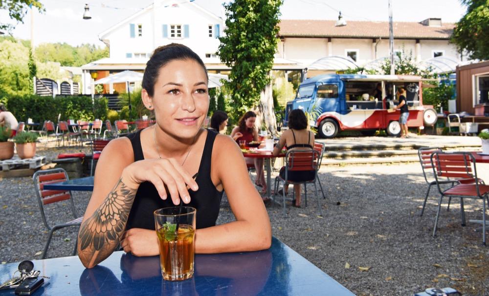 «Ich würde es mir nicht anders wünschen». – Anina Haltiner, Gründerin des «Carcajou» im Rheintalgarten. Foto: Peter Pfister