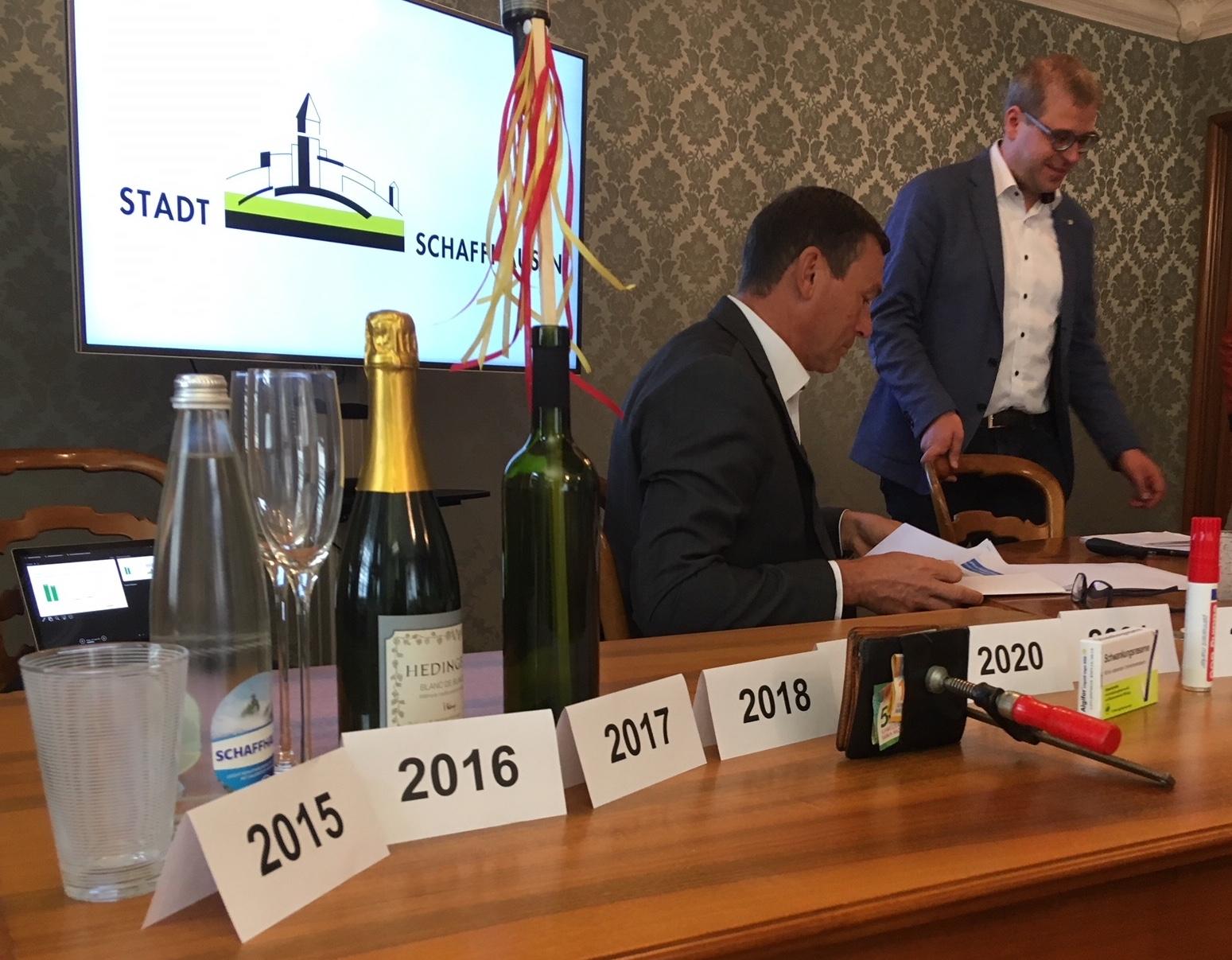 Mit diversen Gimmicks erkläutert Daniel Preisig (rechts) die Finanzlage: Aktuell ist das Budget «unter Druck».