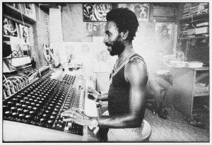 «Scratch» im Element – In den 70er-Jahren am Mischpult des «Black Ark»-Studios.