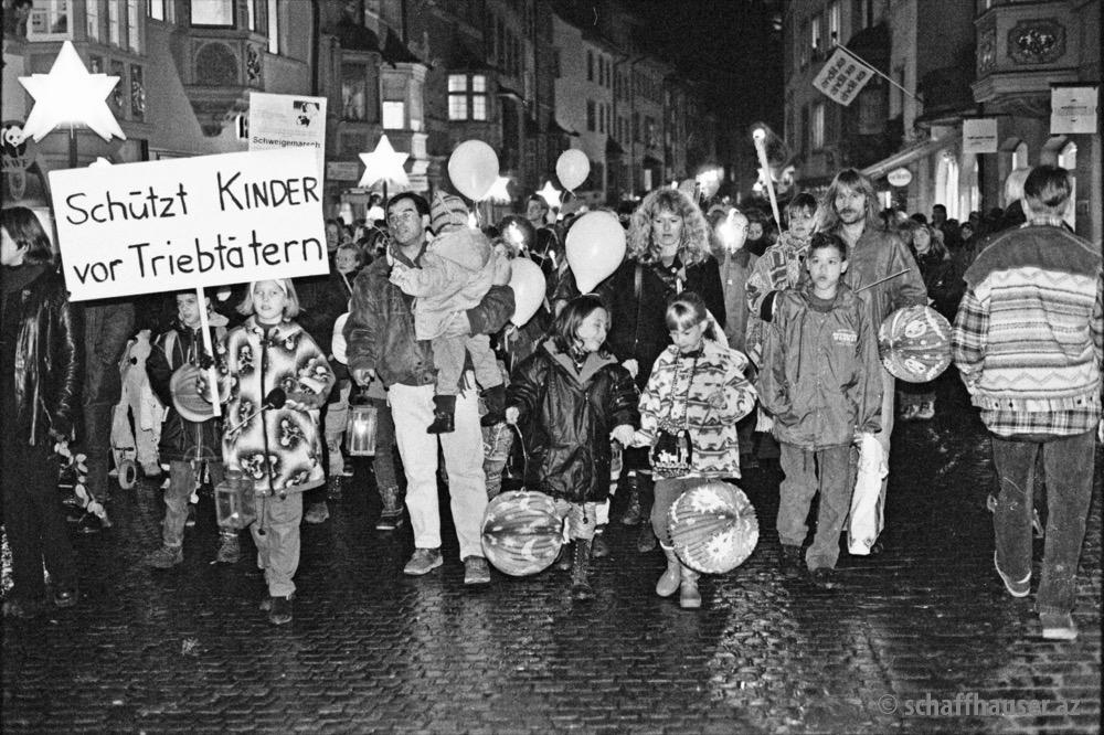 Im Nachgang zum Prozess gehen im November 1996 rund 1500 Personen für einen Schweigemarsch auf die Strasse. © Max Baumann / Stadtarchiv