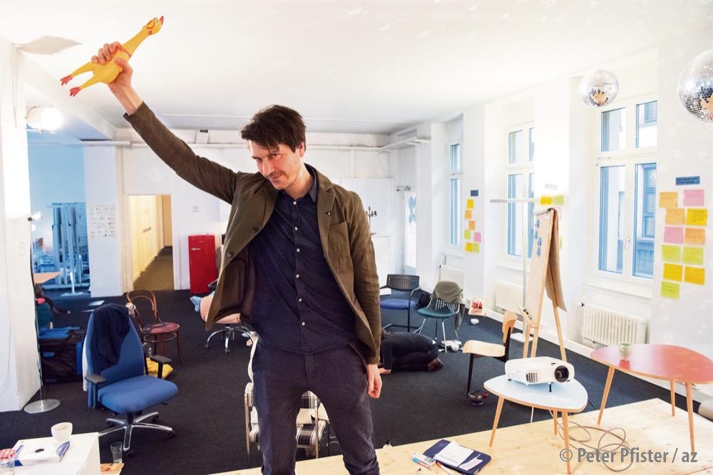 Ein Funkeln in den Augen – die Revolution in der Hand: Christian Müller im «Intrinsic Campus» beim Zürcher Paradeplatz.