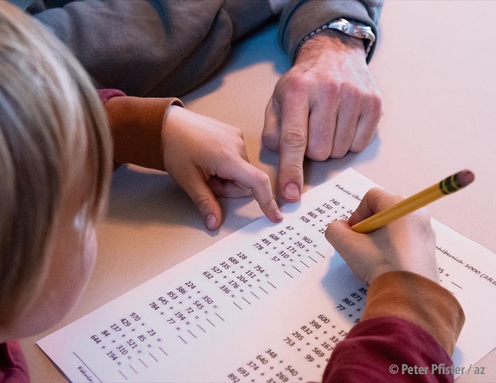 Etwas Unterstützung im Klassenzimmer: Assistenzen können Lehrpersonen entlasten.