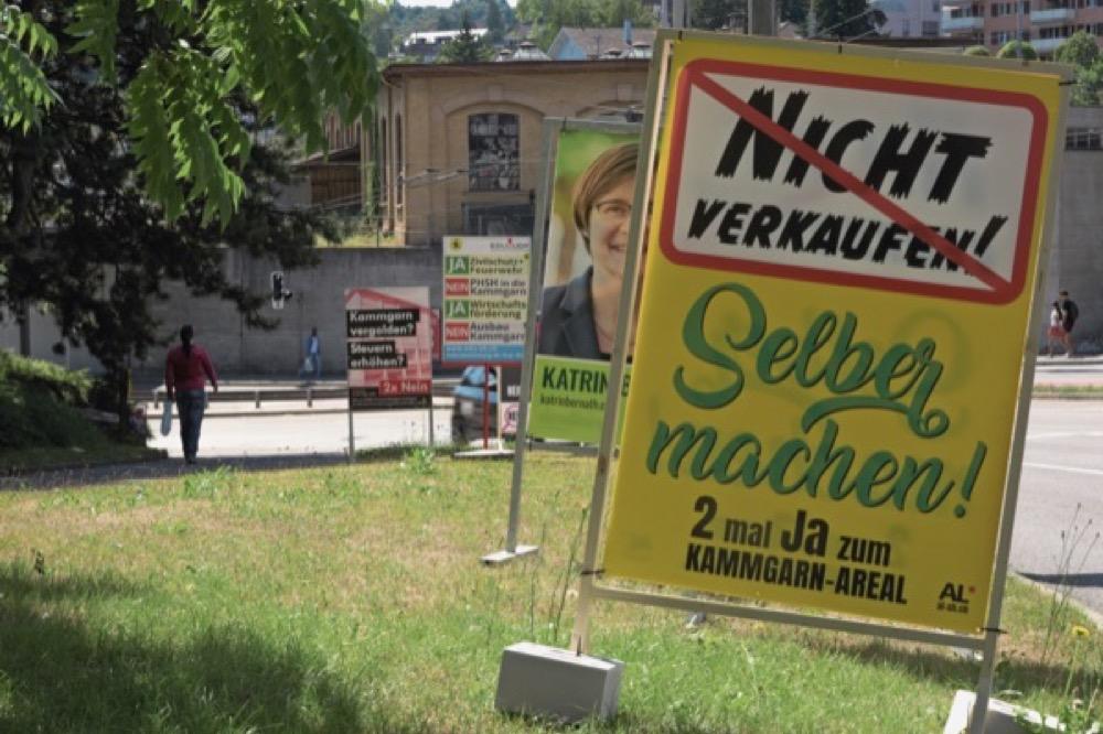 Das Ja und das Nein werden von mehreren verschiedenen Plakaten beworben. Foto: Julia Leppin