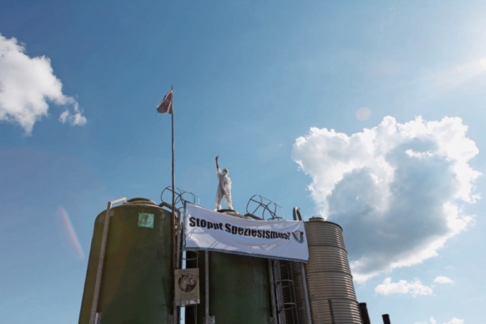 Aufnahmen der Aktivisten von der Stallbesetzung in Guntmadingen. Bild: facebook / Credits: Mihaila Des
