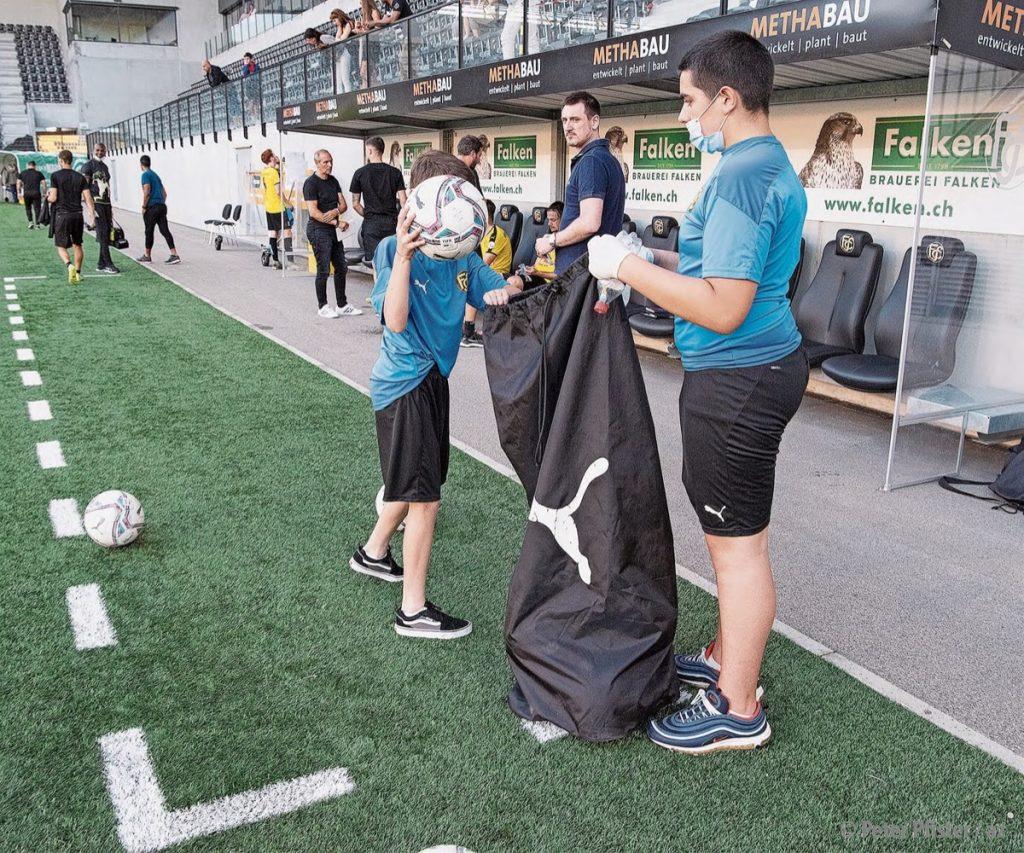 Der Beutel klingelt: Junioren, hier als Balljungen im Einsatz, finanzieren den Profisport mit.