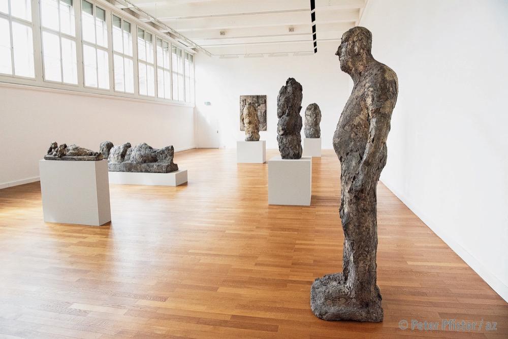 Links die Halbfigur, welche Josephsohn im Museum «korrigieren» wollte, rechts im Vordergrund die Skulptur des Arbeiters.