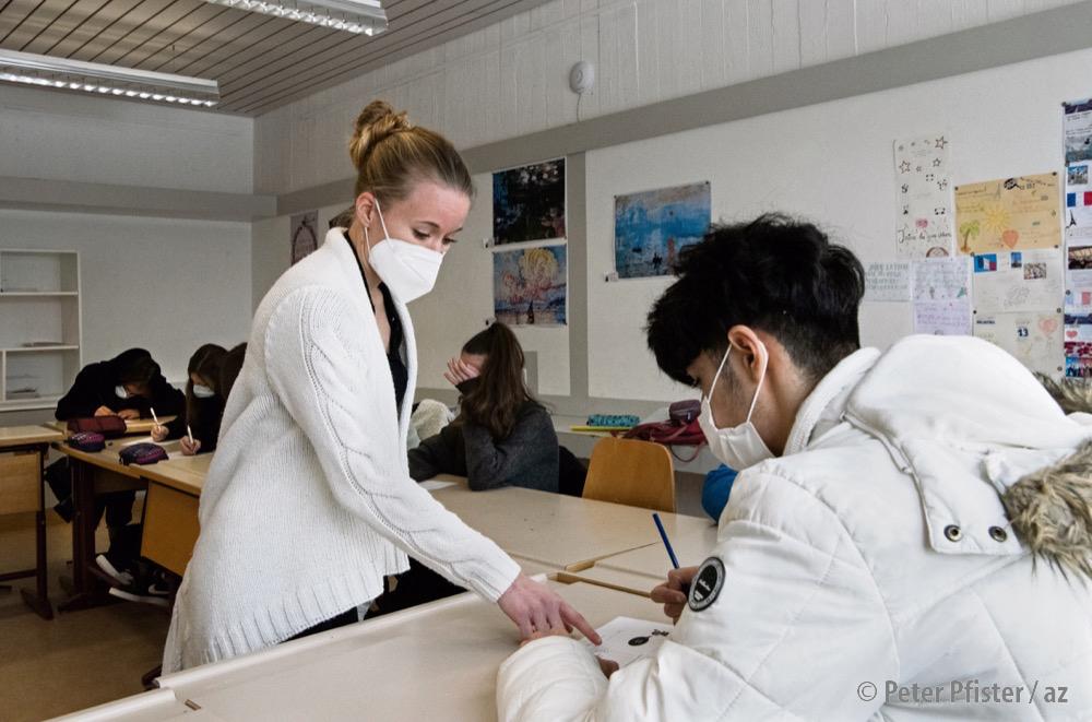 Wenig Abstand, aber neu mit FFP2-Maske: Französischunterricht am Schulhaus Gräfler. Foto: Peter Pfister.