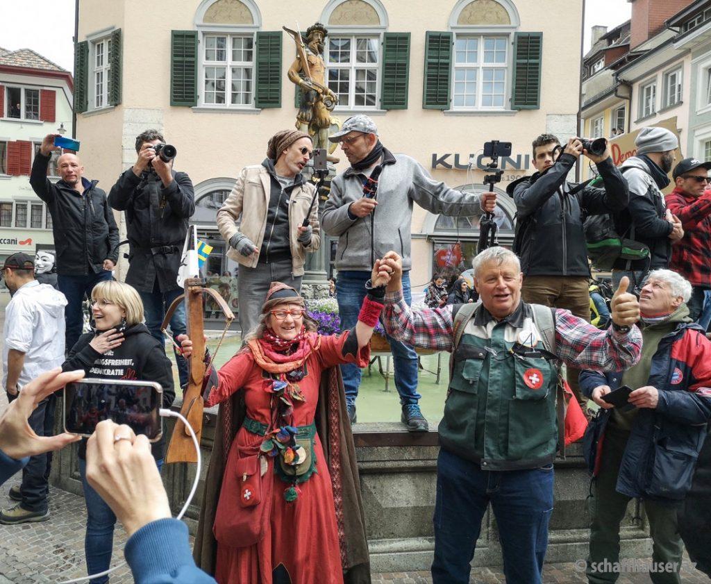 Der bekannte Covid-Verharmloser Daniel Stricker (in beiger Jacke) wird wie ein Held verehrt. Foto: Stefan Kiss