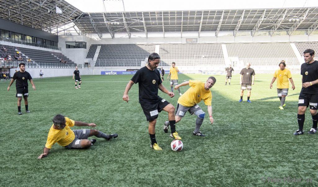 Hakan Yakin behauptet sich im Trikot der Pistoleros im Ernstkampf gegen die FCS-Legenden vor leeren Rängen